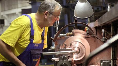 Die Metallindustrie hat die Corona-Krise gleich aus mehreren Gründen getroffen: Produktionsstopps, Lieferengpässe und liegen gebliebene Aufträge machen den Unternehmen zu schaffen, auch im Landkreis Dillingen. Die IG Metall stellt deshalb einige Forderungen auf.