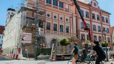 Das Dillinger Rathaus erhält sein Gesicht zurück. Nach dem Brand im Sommer 2017 und der Sanierung präsentiert sich die Fassade nun in neuem Glanz.