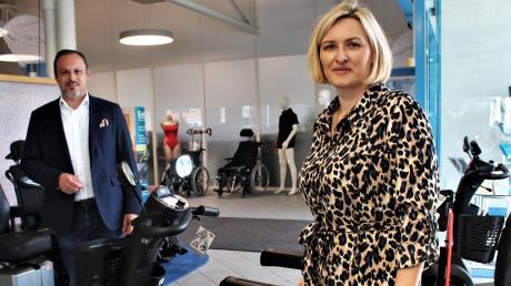 Auch beim Fototermin im Sanitätshaus Hilscher in Dillingen wurde auf Corona-Abstand geachtet. Geschäftsführer Tanja Meier und Markus Hilscher im Verkaufsraum ihres Unternehmens.