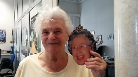 Ernestina Guffler aus Zöschlingsweiler hat uns eine Postkarte von 1996 mitgebracht. Die hatte sie im August 1996 von ihrer Tochter Sabine zugeschickt bekommen, die nach dem Abitur ein Jahr in London verbracht hatte. So gut gelaunt hat man die Queen schon lange nicht mehr gesehen.