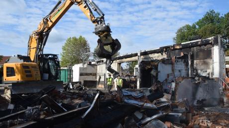 Die Abbrucharbeiten am abgebrannten Edeka in Höchstädt haben begonnen.