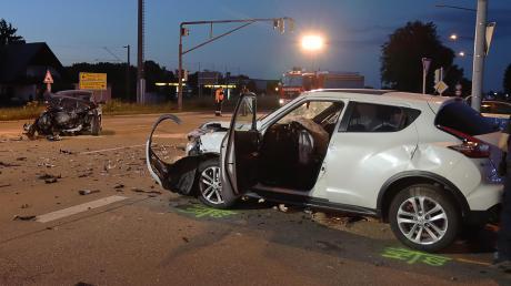 Totalschaden entstand an diesen beiden Autos bei einem Unfall am Freitagabend auf der Schretzheimer Kreuzung. Die beiden beteiligten Autofahrer hatten Glück im Unglück und kamen mit leichen Verletzungen davon.