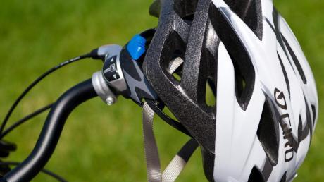 Ein 73-Jähriger ist in Schmiechen mit seinem Rad unterwegs. Auf einem Schotterweg verlor er die Kontrolle über sein Rad.
