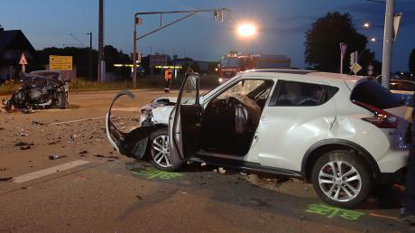 Totalschaden entstand an diesen beiden Autos bei einem Unfall am Freitagabend auf der Schretzheimer Kreuzung.