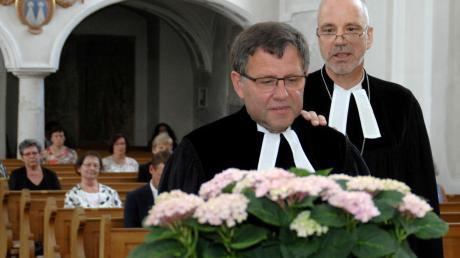 Dekan Jürgen Pommer führte Friedrich Martin (vorne) im Rahmen eines feierlichen Gottesdienstes in sein Amt als Pfarrer von Haunsheim ein.