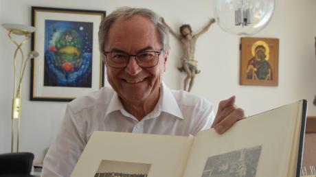 Ottmar Kästle hat in den vergangenen 50 Jahren als katholischer Seelsorger viel erlebt. Der Dillinger Krankenhausseelsorger ist überzeugt, dass der Glaube in existenziellen Nöten helfen kann. Das Foto zeigt den heute 76-Jährigen mit dem Album von seiner Primiz, die er am 12. Juli 1970 in Steinheim gefeiert hat.