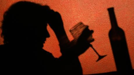 Die Corona-Pandemie belastet die Menschen auf vielfältige Weise. Experten gehen davon aus, dass die Menschen mehr Alkohol konsumiert haben - auch im Landkreis Aichach-Friedberg.