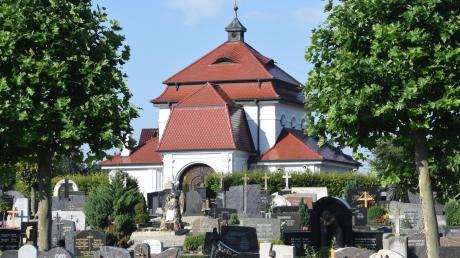 Der Höchstädter Stadtrat hat eine neue Satzung für die Friedhofsgebühren beschlossen. Künftig werden alle Kosten auf Stadt und die Stadtteile einheitlich umgelegt. Das bedeutet im ersten Moment eine deutliche Erhöhung. Das Foto zeigt den Höchstädter Friedhof.