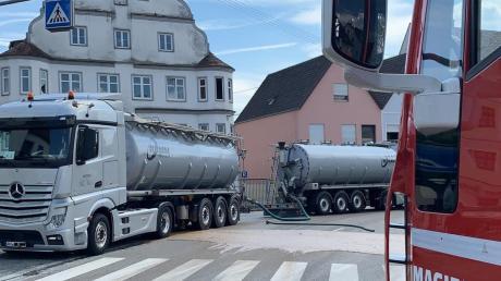 Ein Lkw hat am Donnerstagnachmittag in Höchstädt Teile seiner Ladung mit Lebensmittelresten verloren. In der Folge stürzte ein Motorradfahrer.