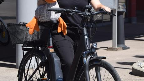 Die DZ-Redaktion fährt E-Bike. Hier: Volontärin Vanessa Polednia mit Maskottchen Paula Print.