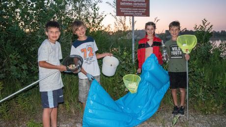 Obwohl Sebastian, Jonathan, Felicitas und Vincent (von links) schon am Tag zuvor unterwegs waren, haben sie bei ihrer Tour um den halben Baggersee viel Müll gefunden. Den haben andere einfach liegen lassen.