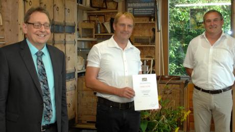 Nach der Preisverleihung von links: Landwirtschaftsdirektor Magnus Mayer, Imker Christian Brenner und Landwirt Thomas Demharter.