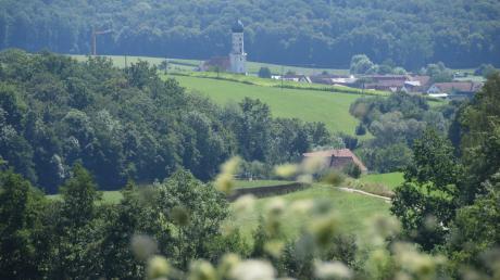 Ein traumhafter Ausblick ergibt sich aus der Denzel-Kapelle auf Unterliezheim. Im Vordergrund ist die Unterliezheim Mühle zu sehen.