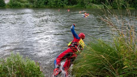 Bevor die Rettungskräfte mit dem Abseilen von der Donaubrücke beginnen, kühlen sie sich erst mal in der Donau ab. Denn im Neoprenanzug wird es schnell heiß.