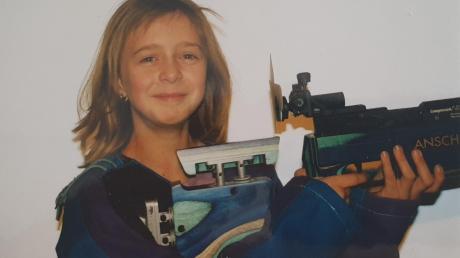 Das Bild ist 17 Jahre alt, doch die hier abgebildete Person greift immer noch regelmäßig zur Waffe. Natürlich nur, um möglichst präzise die Mitte einer Schießscheibe zu treffen.