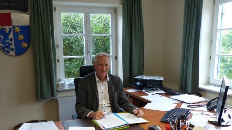 Der Rathauschef der Gemeinde Holzheim, Simon Peter, hat viel zu tun. Peter beerbt Erhard Friegel nach seiner 30-jährigen Amtszeit als Bürgermeister.