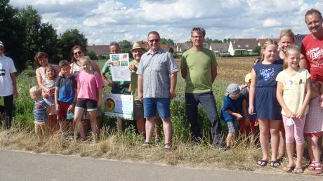 """Das Mooseum Bächingen unternahm eine Ausfahrt mit dem """"Moos-Mobil"""", um Teilnehmern die Blühstreifen-Aktion nahezubringen."""