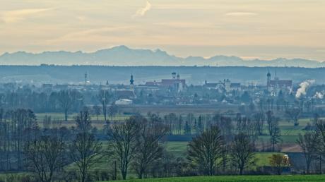 """Die Berge können so nah sein: Dieses Alpenpanorama hat Alwin Sing von Bergheim aus im Februar fotografiert und nachbearbeitet. Im Vordergrund die Stadt Dillingen, """"im Hintergrund ist das Wettersteingebirge mit der Zugspitze zu erkennen"""", schreibt Sing. Doch auch von weiteren Orten im Landkreis hat man einen prächtigen Ausblick."""