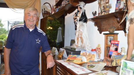 Hermann Waldenmayer (oben) hat viele Souvenirs von seinen Amerika-Reisen. Das Foto unten zeigt seine Schwester Dora mit Ehemann Clyde Gibson. Die Postkarte hat ihr Sohn Carl Gibson nach Holzheim verschickt.
