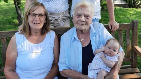 Fünf Generationen auf einem Bild: Auf der Bank Uroma Irmgard Uffelmann (links) und die stolze Ur-Ur-Oma Dora Uffelmann mit der kleinen Mia Boner auf dem Arm. Hinten stehen Mama Julia Boner und Oma Astrid Boner.