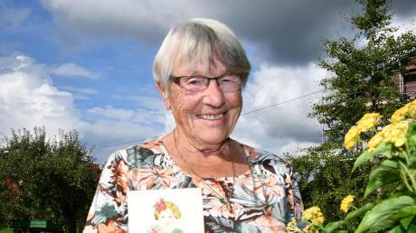 Pia Schwab aus Holzheim mit der Postkarte von 1939. Die schickte ihr Vater aus Polen. Doch bis heute rätselt die 89-Jährige, warum.