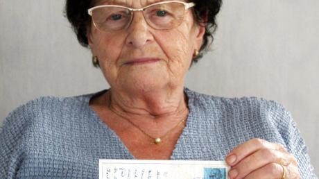 Elisabeth Klemens bewahrt die besondere Postkarte auf.