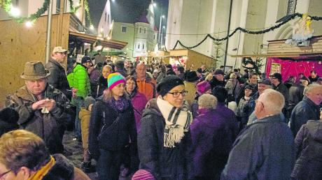 Dichtes Drängen an den Buden: Diese Szenen werden sich in diesem Jahr sicher nicht abspielen – unabhängig davon, ob unsere Weihnachtsmärkte im Landkreis Dillingen stattfinden werden oder nicht. Das Bild ist aus dem Archiv und zeigt den Christkindlesmarkt in Höchstädt.