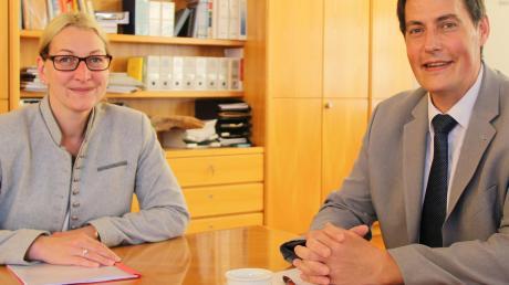 """""""Es lohnt sich immer wieder, das Bachtal zu besuchen.""""Trafen sich zum Austausch: Syrgensteins Bürgermeisterin Mirjam Steiner und Amtskollege Dieter Henle, Rathauschef in Giengen."""