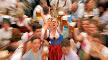 Solche Bilder gibt es dieses Jahr nicht: Wegen Corona fällt das Münchner Oktoberfest aus. Wir suchen Erinnerungen von Ihnen an die Wiesn und andere zünftige Oktoberfestabende.