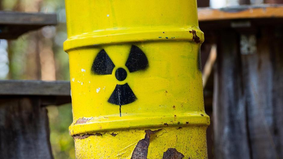 Wohin mit dem Atommüll? Auch die Region um Augsburg kommt dafür in Betracht. Das Foto zeigt symbolische Atommüllfässer im Wald bei Gorleben.