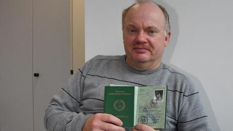 Norbert Körber durfte im Oktober 1985 zusammen mit seinen Eltern aus der DDR ausreisen und erhielt einen Fremdenpass für Staatenlose (links). Mit seinem ersten Reisepass der Bundesrepublik (rechts) bereiste er die Welt.