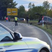Unfall Lauingen zwischen den beiden  Kreisverkehr im Auwald zwei Fahrzeuge im Begegnungsverkehr landen am Strassenrand 4 Verletzte werden in die Krankenhäuser gebracht