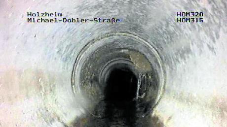 Auf dieser Aufnahme ist ein mangelhafter Anschluss einer Hausanschlussleitung an den Hauptkanal in der Michael-Dobler-Straße in Holzheim zu sehen.