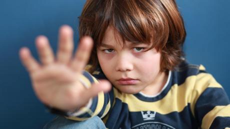 Dieses Foto ist ein Symbolbild und soll verdeutlichen, dass auch Kinder lernen müssen, ihre eigenen Grenzen zu ziehen und Nein sagen zu dürfen.