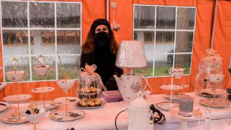 Die Studentin Julia Kreis aus Hausen macht aus Sammeltassen Etageren und gießt selbst Kerzen und Seifen. Schöne Dinge aber auch Hilfe bei ernsten Problemen konnten die Besucher bei der Frauenwelt in Höchstädt entdecken.