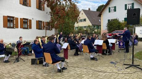 """Der Musikverein """"Frisch Auf"""" Reistingen und die """"Egautaler Musikanten"""" aus Dattenhausen gaben ein Konzert auf dem Reistinger Dorfplatz. Dabei stellte sich auch der neue Dirigent Rüdiger Heindel vor."""