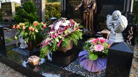 Ein alter Aberglaube sagt, dass nichts vom Grab mit ins eigene Haus genommen werden darf, das bringe Unglück.