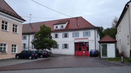 Links, neben dem Glötter Feuerwehrsgebäude befindet sich das ehemalige Amtsgebäude.