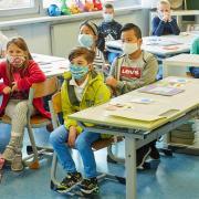 Der Landkreis Dillingen hat den Warnwert von 50 überschritten und somit müssen seit Montag auch Grundschüler Masken tragen – auch im Unterricht. Das kommt bei den betroffenen Kindern, Eltern und Lehrern unterschiedlich gut oder schlecht an. Das Foto ist ein Symbolfoto.