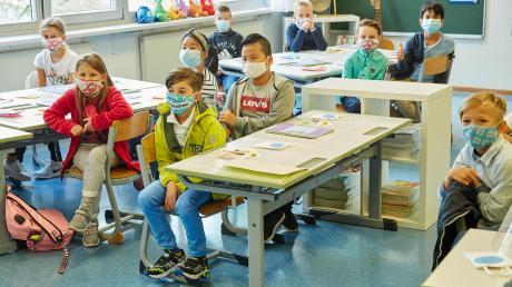 Der Landkreis Dillingen hat den Warnwert von 50 seit einigen Wochen überschritten und somit müssen  auch Grundschüler Masken tragen – auch im Unterricht. Das kommt bei den betroffenen Kindern, Eltern und Lehrern unterschiedlich gut oder schlecht an. Das Foto ist ein Symbolfoto.