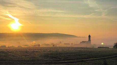 Ein herrlicher Sonnenaufgang über dem nebligen Unterliezheim, aufgenommen am vergangenen Sonntagmorgen. Der November ist rekordverdächtig mild.