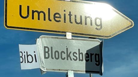 """""""Das Schild kommt nicht von uns.""""Ist die kleine Zauberhexe Bibi Blocksberg im Laugna- und Zusamtal aktiv? Das Umleitungsschild in Roggden gibt Anlass zu dieser Vermutung."""