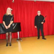 Sabrina Steinle, Manfred-Andreas Lipp und Sandra Bihlmeir (von links) bilden das Mozarttrio der Musikschule Wertingen. Sie haben uns gleich mehrere Lieder eingespielt.