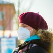 FFP2-Masken kosten üblicherweise mehrere Euro pro Stück. Mit zwei Tricks kann man sie bis mehrmals verwenden.