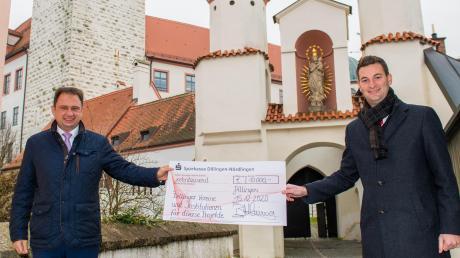 Einen symbolischen Spendenscheck der Sparkasse Dillingen-Nördlingen in Höhe von 10000 Euro hat der Dillinger Marktbereichsleiter Benjamin Holzinger (rechts) symbolisch mit Oberbürgermeister Frank Kunz an Dillinger Vereine und Institutionen überreicht.