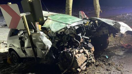 Ein Autofahrer ist am Samstagmorgen bei Bächingen von der Straße abgekommen und frontal in einen Baum gekracht.