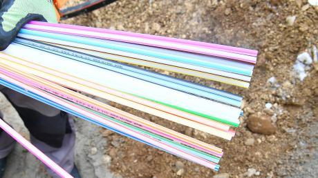 Keine besonders langen Strohhalme, sondern Glasfaserleitungen sind auf diesem Foto zu sehen. Die Gemeinde Aislingen hat vom Freistaat einen hohen Zuschuss für den Breitbandausbau erhalten.