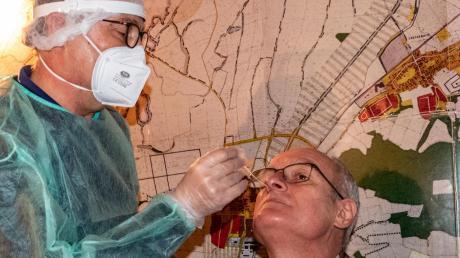 Nachdem ein Buttenwiesener Gemeinderat postiv auf das Coronavirus getestet wurde, ließen sich auch die Ratskollegen von Apotheker Johannes Riesinger testen. Allen voran Bürgermeister Hans Kaltner.