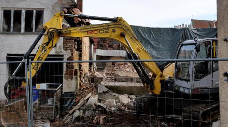Mit einem Bagger haben am Donnerstag die Aufräumarbeiten an der Ruine des alten Stadels in der Lauinger Zenettistraße begonnen.