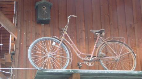 Neben dem Fahrrad gibt es auf diesem Vorsprung noch mehr zu entdecken.